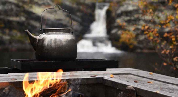 Kaffepanna på elden vid rastplatsen vid Fallmorafallet.