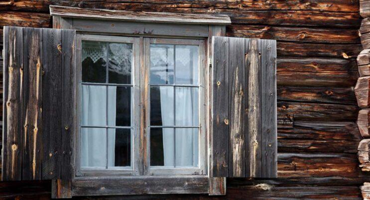 Fönster och timmervägg på hembygdsgården i Vemdalen.