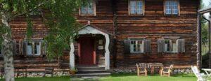 En gammal timrad byggand på hembygdsgården i Vemdalen.