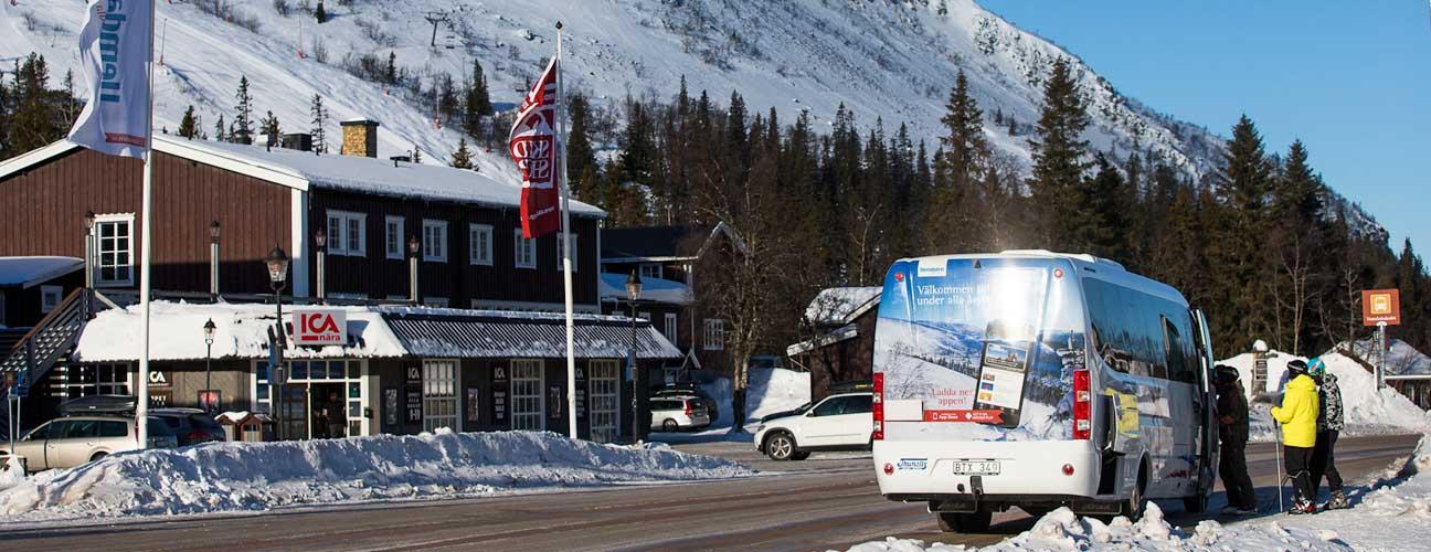 Buss som hämtar upp skidåkare.