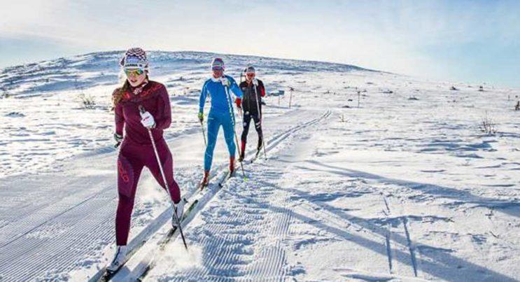 Tre längdåkare i tävlingen Åk en mil vinn en bil på Storhogna.