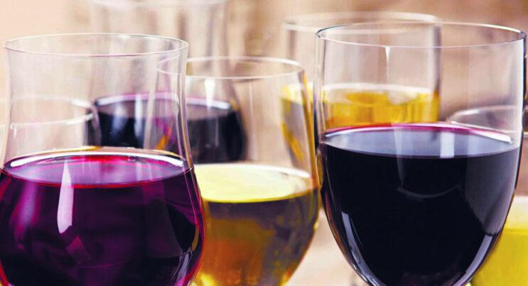 Röda och vita viner i vinglas